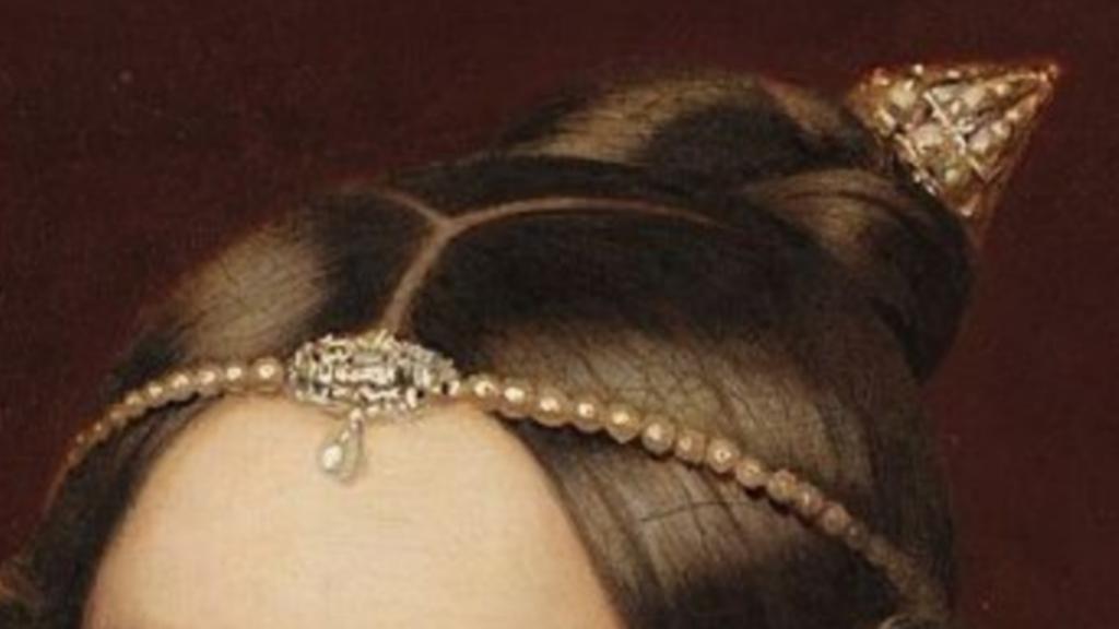Tiara de pérolas e presilha de Dona Amélia.